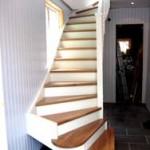 Ek och vitlackerad trappa