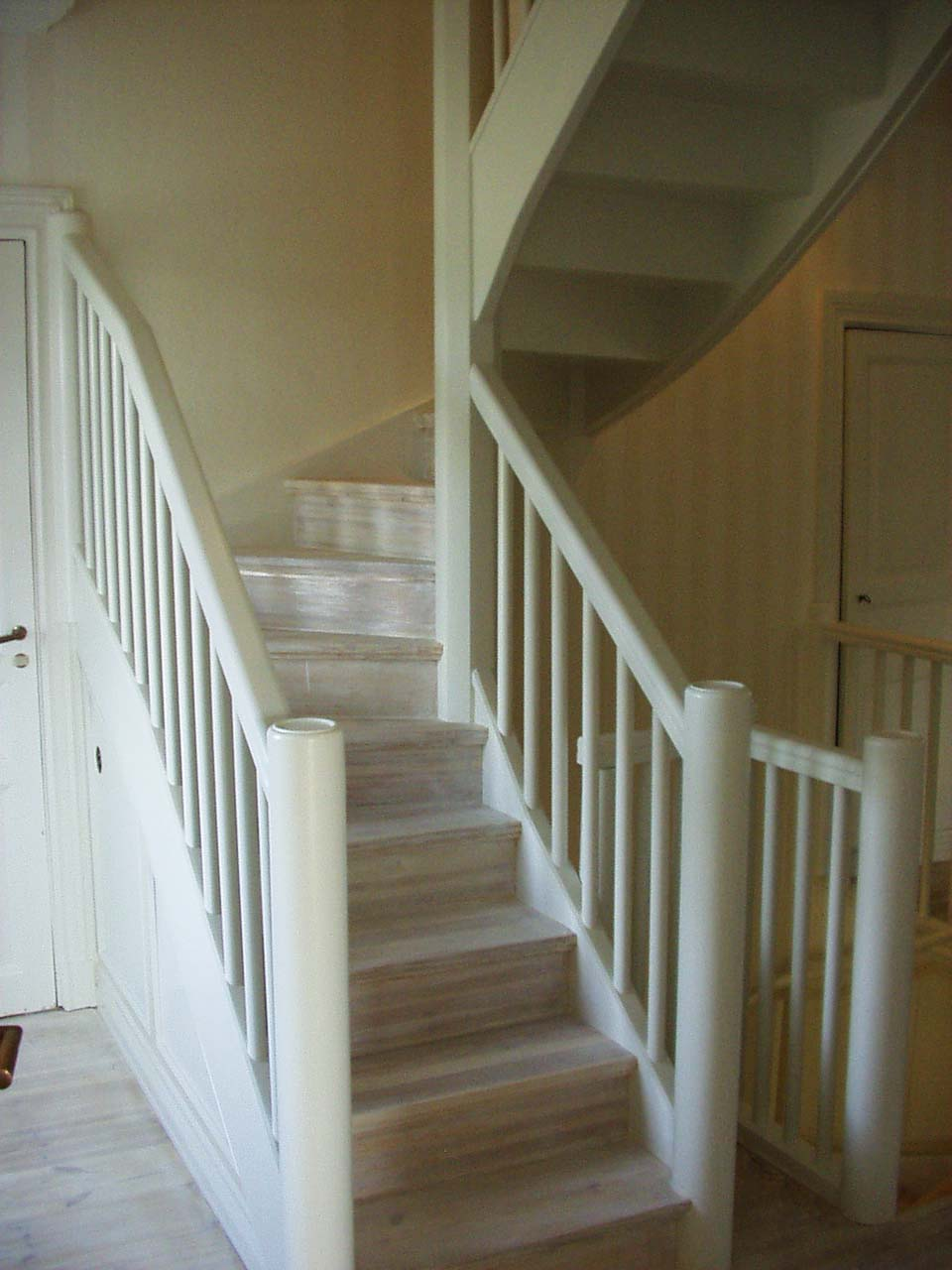 Vitlackerad trappa