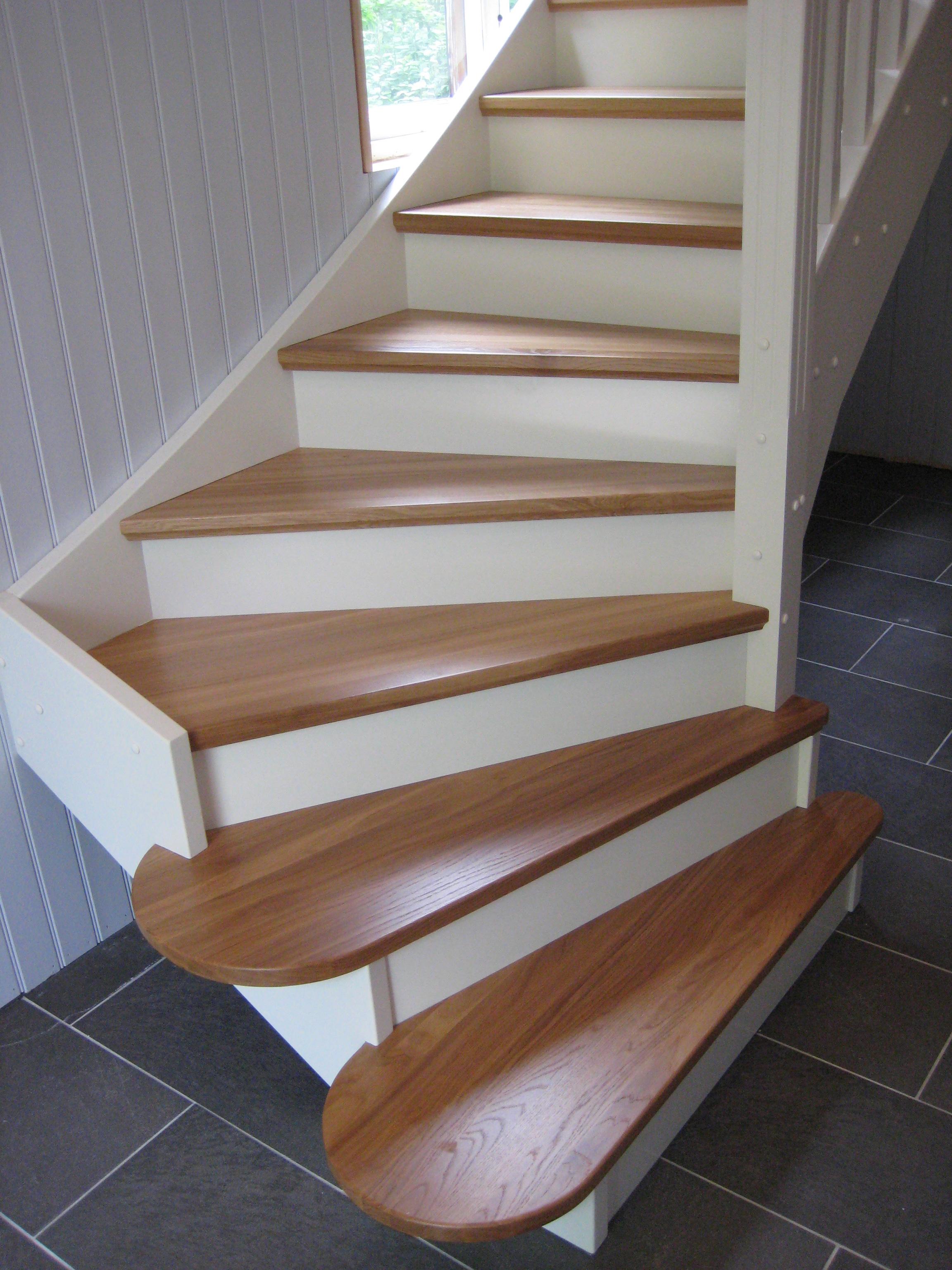 Vitlackerad trappa med eksteg