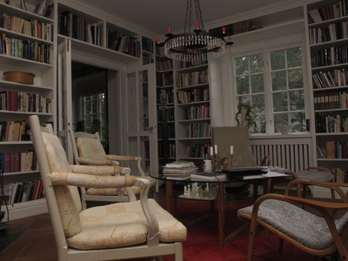 Platsbyggd vit bokhylla