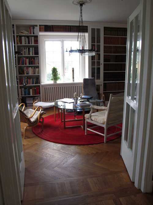 Rum med platsbyggd bokhylla